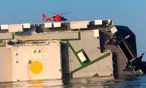 Θρίλερ στις ΗΠΑ: «Αναποδογύρισε» φορτηγό πλοίο - Παγιδεύτηκαν τέσσερις ναυτικοί (vids)