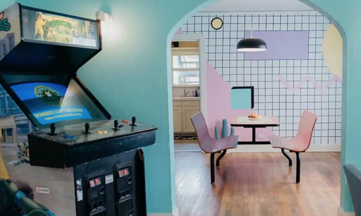 Αυτό το airbnb διαμέρισμα σε μεταφέρει στα '80 με τον πιο colorful τρόπο