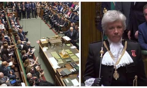 Brexit: Αυτή είναι η μαυροντυμένη Λαίδη που έγινε viral μετά την εμφάνιση της στη Βουλή (vid)
