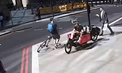 Λονδίνο: Η στιγμή που ποδηλάτης… ρίχνει κουτουλιά σε πεζό (vid)
