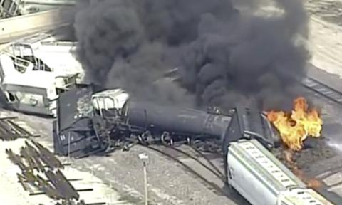 Συναγερμός στις ΗΠΑ: Τρένο εκτροχιάστηκε και τυλίχθηκε στις φλόγες (vid)
