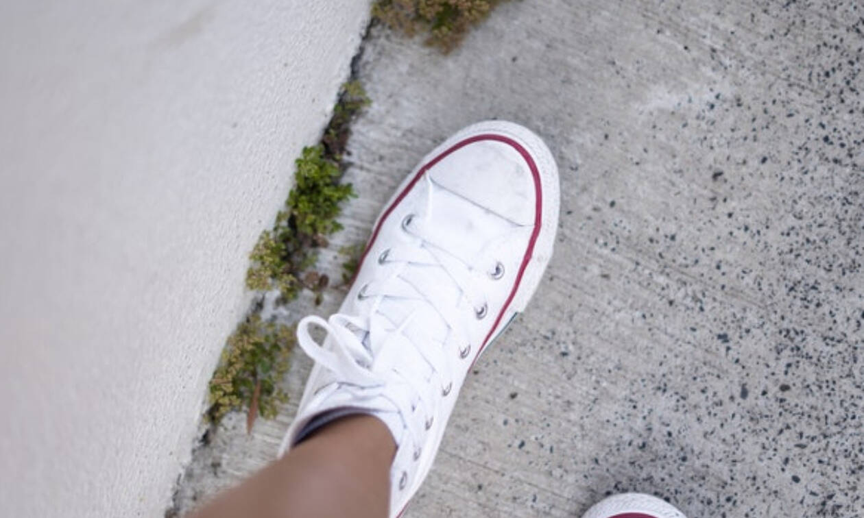 Πώς θα καθαρίσεις τα λευκά σου sneakers με υλικά που έχεις στο σπίτι