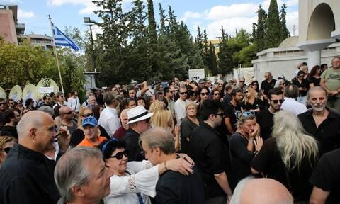 Λαυρέντης Μαχαιρίτσας: Σε κλίμα οδύνης η κηδεία του - Τραγικές φιγούρες η σύζυγος και η κόρη του
