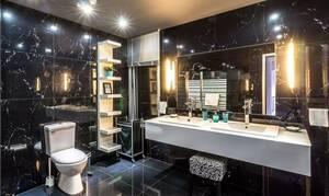 Πανικός σε ξενοδοχείο: Δείτε τι βρήκαν να κοιμάται στο μπάνιο τους (pics)
