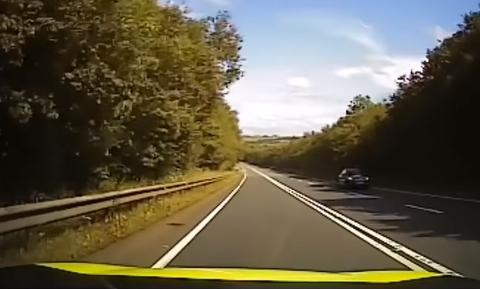 Βίντεο: Περιπολικό κάνει σήμα σε νέο οδηγό να σταματήσει - Ακολούθησε χαμός στην άσφαλτο