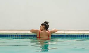 Πώς μπορείτε να προστατέψετε την υγεία του κόλπου σας αν κολυμπάτε σε πισίνα (vid)