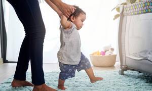 Aσκήσεις για μωρά εννέα έως δώδεκα μηνών που βοηθούν στα πρώτα του βήματα (vid)