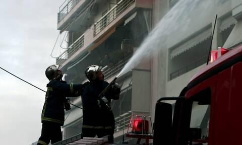 Πυροσβέστες απεγκλώβισαν ηλικιωμένη με σοβαρά εγκαύματα από φλεγόμενο διαμέρισμα