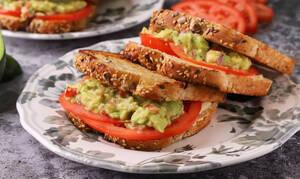 Η συνταγή της ημέρας: Σάντουιτς με guacamole και ντομάτα