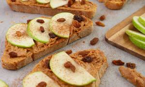 Η συνταγή της ημέρας: Ανοιχτό σάντουιτς με φυστικοβούτυρο και μήλα