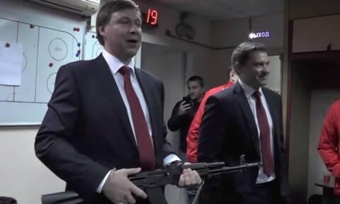 Απίστευτο! Προπονητής μπήκε στα αποδυτήρια με καλάσνικοφ! Δεν φαντάζεστε τον λόγο! (pics+vid)