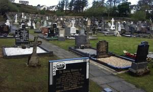 Έλεος - Ασυγκράτητο ζευγάρι το έκανε μέσα σε νεκροταφείο (vid)