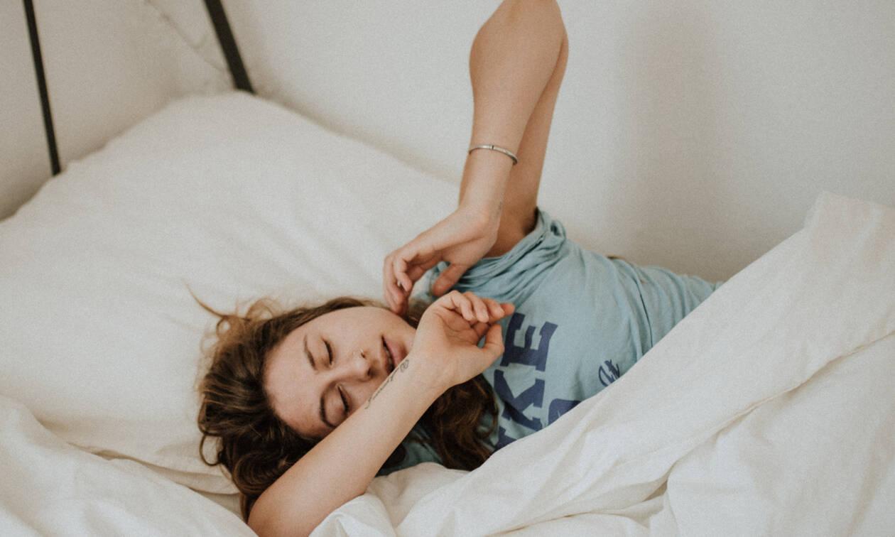 Πώς θα σηκωθείς από το κρεβάτι μέσα σε 1 λεπτό