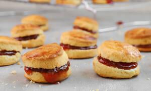Σήμερα, ετοιμάστε αφράτα μπισκότα με μαρμελάδα φράουλας