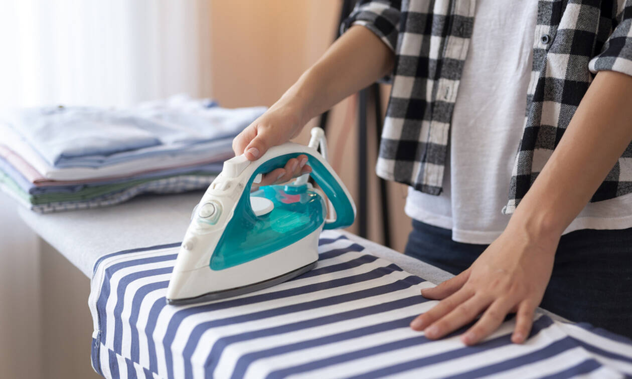 Αυτά τα tips για το σιδέρωμα ρούχων πρέπει να αρχίσετε να τα εφαρμόζετε άμεσα (vid)