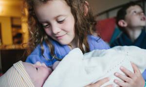 Παιδιά παρακολουθούν τη γέννηση του αδερφού τους και η ευτυχία τους είναι απερίγραπτη (vid)