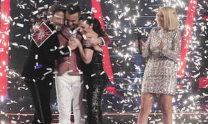 Δύο γυναίκες- έκπληξη στο «The Voice»: Η παρουσιάστρια και η έντεχνη τραγουδίστρια (video)