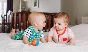 Αξιολάτρευτα μωρά λένε την πρώτη τους λέξη και το διαδίκτυο λιώνει (vid)