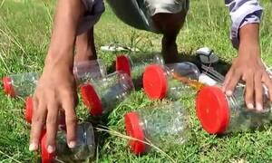 Φτιάχνει παγίδες για ψάρια και τις ρίχνει στη λίμνη! Δεν φαντάζεστε τι ακολουθεί (video)