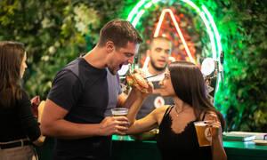 Ραντεβουδάκι; Πέντε λόγοι για να της προτείνεις να πάτε μαζί στο Burger Fest