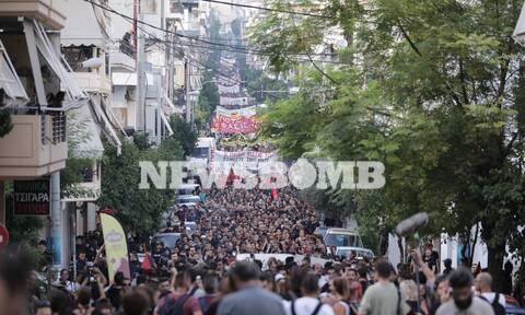 Πλήθος κόσμου στην πορεία για τον Παύλο Φύσσα - Μικροεπεισόδια στον Πειραιά