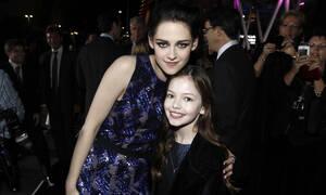Η τηλεοπτική κόρη της Kristen Stewart από το Twilight μεγάλωσε και είναι μια κούκλα (vid)