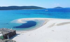 """Εύβοια: Όποιος έχει δει την ταινία """"The Beach"""" θα ορκίζεται ότι γυρίστηκε σε αυτήν την παραλία"""