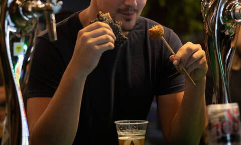 Πειναλέος τύπος κάνει εισβολή σε φεστιβάλ και αδειάζει τα μπέργκερ!