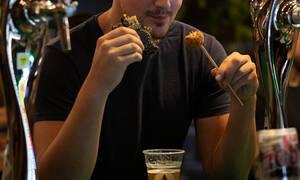 Πειναλέος τύπος έκανε εισβολή σε φεστιβάλ και άδειασε τα μπέργκερ!