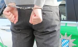 Απίστευτο: Συνέλαβαν ζευγάρι – Αυτό που έκανε μέσα στο περιπολικό σόκαρε τους αστυνομικούς