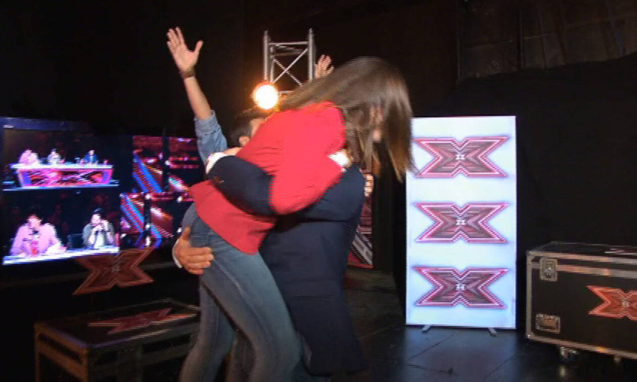 X Factor: Ο μπαμπάς της παίκτριας ενθουσιάστηκε περισσότερο από την ίδια – Τη σήκωσε στον αέρα (vid)