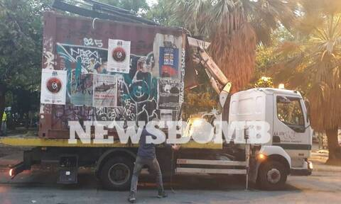 Εξάρχεια: Απομάκρυναν το κοντέινερ των αντιεξουσιαστών από την πλατεία