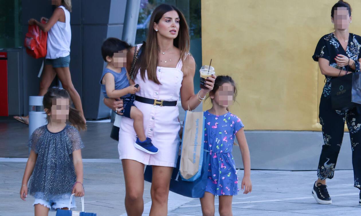 Σταματίνα Τσιμτσιλή: Βόλτα και ψώνια με τα παιδιά της – Δείτε πόσο έχουν μεγαλώσει