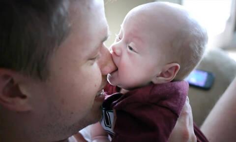 «Όταν το μωρό πεινάει...» - Το ξεκαρδιστικό βίντεο που έγινε viral (vid)