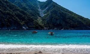 Θαψά: Η κρυφή και παραδεισένια παραλία της Εύβοιας