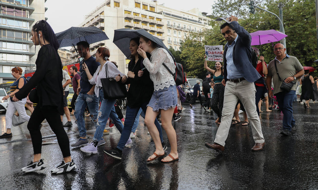 Καιρός: Άνοιξαν οι ουρανοί στο κέντρο της Αθήνας