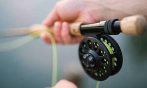 Πήγε για ψάρεμα – «Πάγωσε» με αυτό που έπιασε (pics)