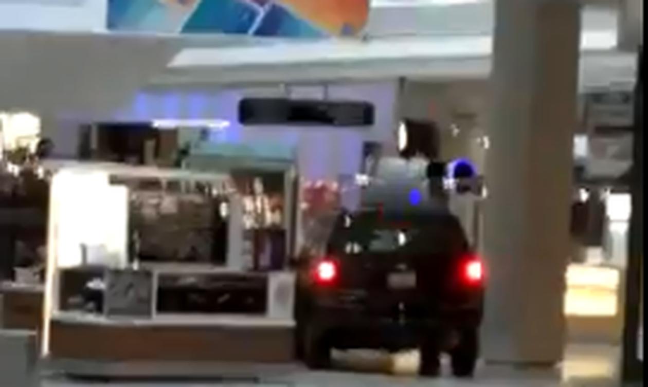 Συναγερμός στο Σικάγο: Αυτοκίνητο «μπούκαρε» σε εμπορικό κέντρο (vid)