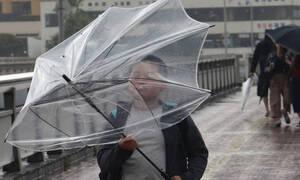 Ο Τυφώνας Ταπάχ απειλεί την Ιαπωνία - Τραυματίες και ακυρώσεις πτήσεων