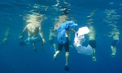 Καλλιτεχνική κολύμβηση μέσα στα σκουπίδια - Τι συνέβη; (vid)
