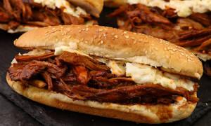 Δοκιμάστε αυτή την φανταστική συνταγή για pulled pork sandwich
