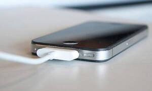 Η λεπτομέρεια που δεν πρόσεξες ποτέ σου στο κινητό που φορτίζεις