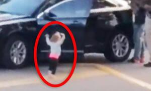 Νήπιο σηκώνει τα χέρια ψηλά τη στιγμή που αστυνομικοί συλλαμβάνουν τον μπαμπά του (vid)