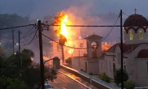 Τρόμος στην Κεφαλονιά: Φοίνικας λαμπάδιασε από χτύπημα κεραυνού - Συγκλονιστικές εικόνες