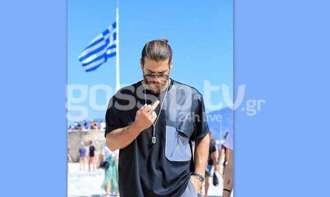 Фото турецкого актера, показывающего неприличный жест на фоне греческого флага, гуляет по Сети