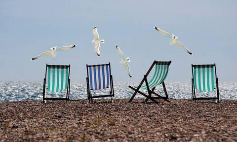 Χαμός σε παραλία: «Πάγωσαν» οι λουόμενοι – Δείτε τι έκανε ζευγάρι (pics)