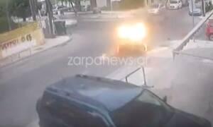 Βίντεο - ΣΟΚ από τα Χανιά:  Αυτοκίνητο διαλύει μηχανάκι σε διάβαση και εξαφανίζεται