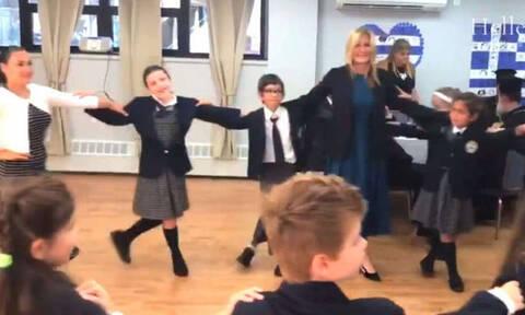 Μαρέβα Μητσοτάκη: Χόρεψε ελληνικούς χορούς με Ελληνόπουλα της ομογένειας