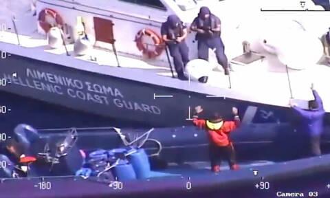 Καρέ- καρέ η καταδίωξη των εμπόρων ναρκωτικών από τα «βατράχια» του Λιμενικού