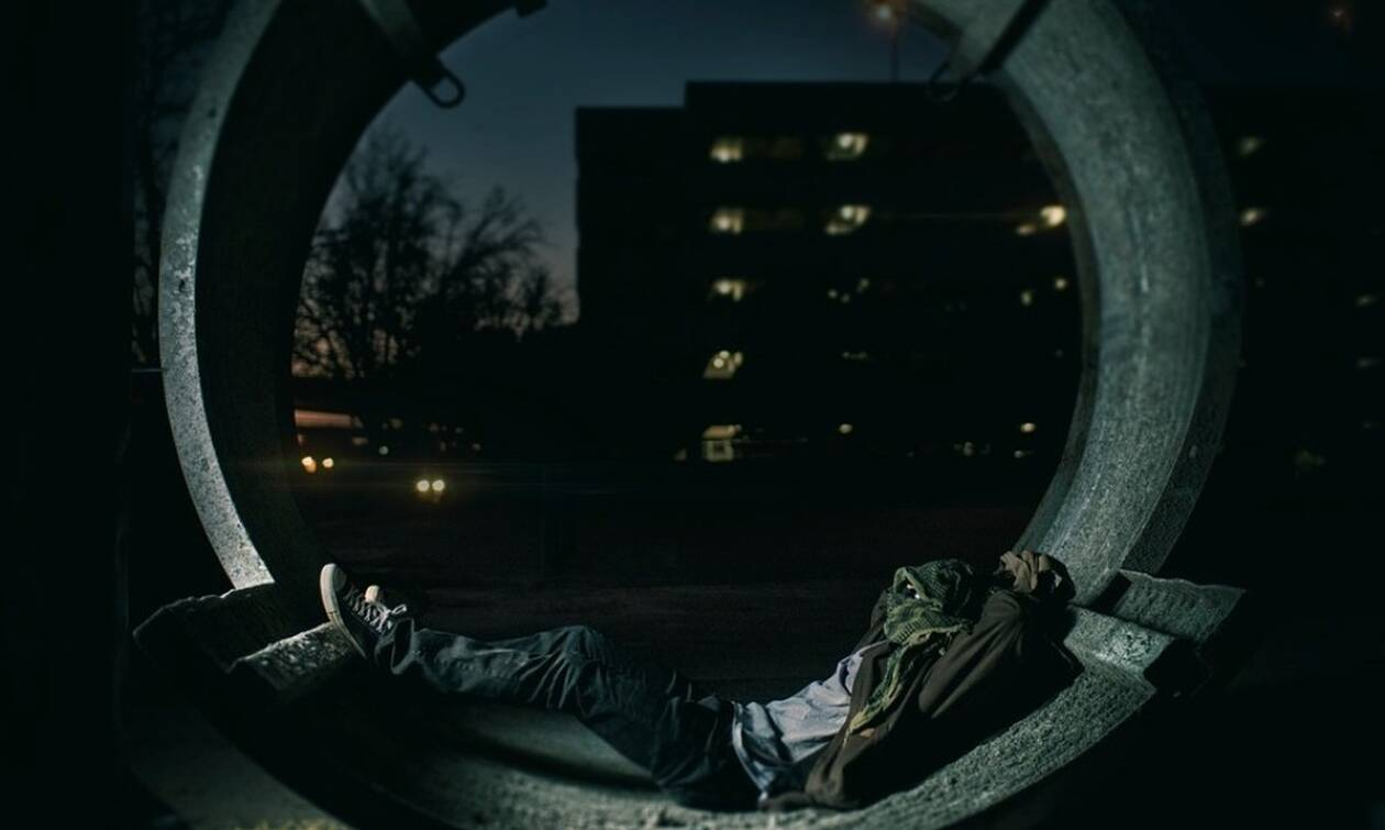 Σοκαριστικό: Έπεσε από το μπαλκόνι ενώ υπνοβατούσε (pics)